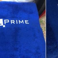 Полотенце с вышивкой логотипа.